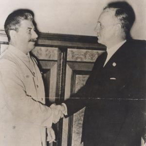 Joseph Staline et le baron Joachim von Ribbentrop se serrant la main, lors du pacte germano-soviétique, Berlin. Allemagne, août 1939. MSH.