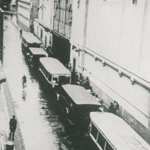 Autobus devant de Vel d'Hiv à Paris en juillet 1942 lors de la rafle