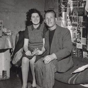 Clara et Ruben Kreuton, dans un camp de Personnes Déplacées (DPs) pour les réfugiés. La boîte à gauche indique l'assistance du Joint. Salzbourg, Autriche, circa 1947. Joint
