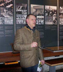 Rainer Höss visite l'exposition permanente du Mémorial de la Shoah