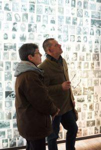 Rainer Höss et son interprète dans le Mémorial des enfants du Mémorial de la Shoah