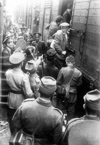 À l'issue du pogrom orchestré par les autorités roumaines à Iasi (Jassy) en Moldavie, plusieurs milliers de Juifs roumains sont déportés vers les camps de Calarasi et Podul Oloaei. Beaucoup sont déjà morts à l'arrivée aux camps. Roumanie, juin 1941. Cette photo est représentée dans l'exposition La Shoah en Europe. Mémorial de la Shoah