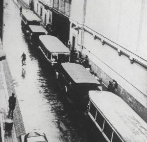 Les autobus et voitures de police ayant servi à transporter les Juifs au Vélodrome d'Hiver lors de la rafle, garés devant le stade, Paris. France, 16 juillet 1942. Mémorial de la Shoah/BHVP.