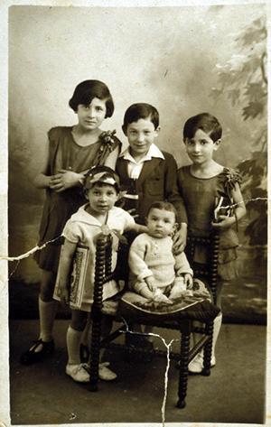 Charlotte, Salomon, Rebecca, Milo et Henri Adoner. France, 1930